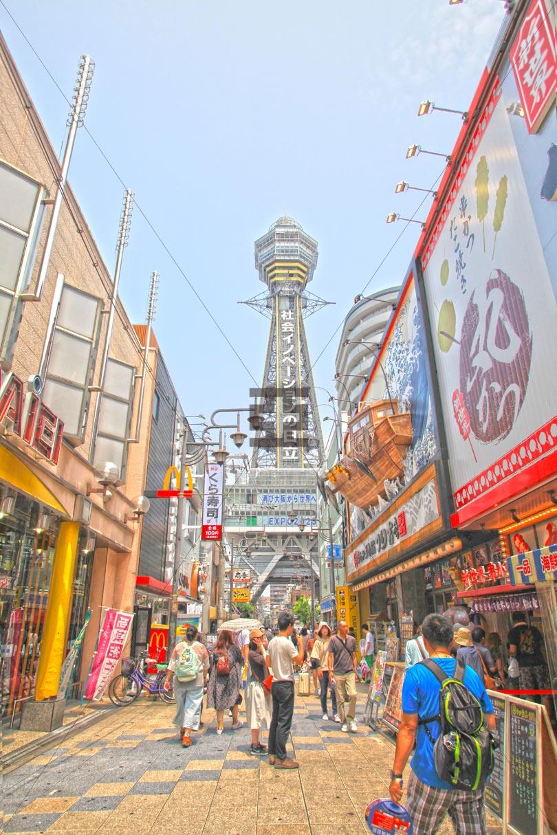 通天閣を望む新世界商店街風景